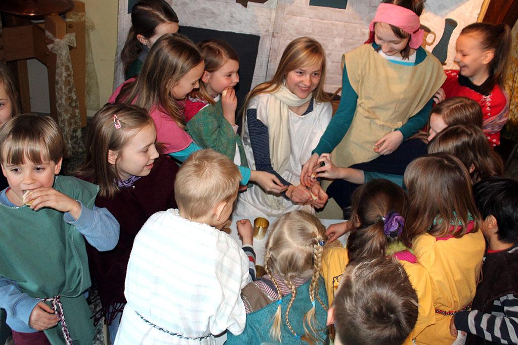 Spaß beim Proben, das Brot wird verteilt (Foto: Pastor Dr. Dirk F. Gniesmer)