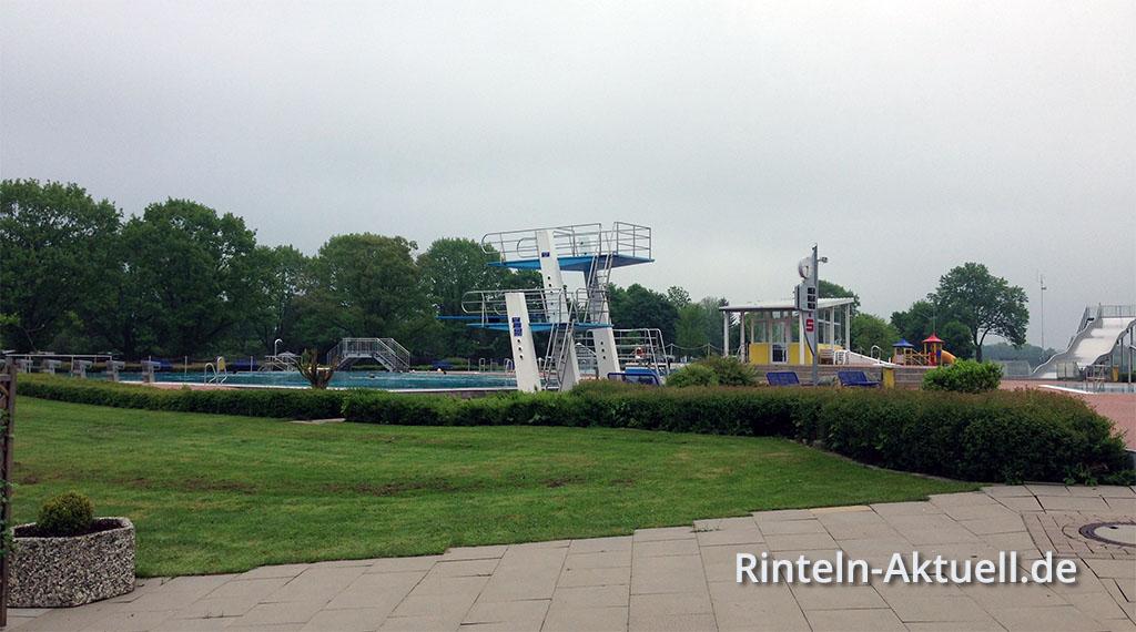 Das Rintelner Weserangerbad am Vormittag zum Start der Saison 2013