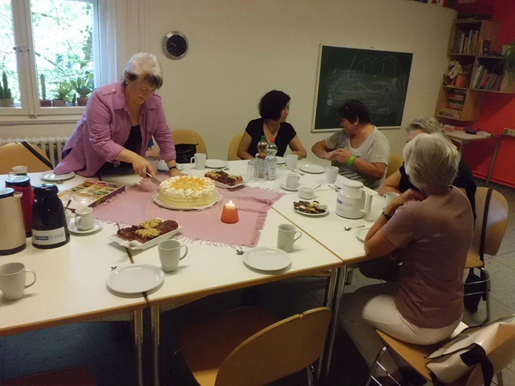 Familienpatin Inge Huxol beim Anschneiden der Geburtstagstorte. (Foto: Albrecht Schäffer)