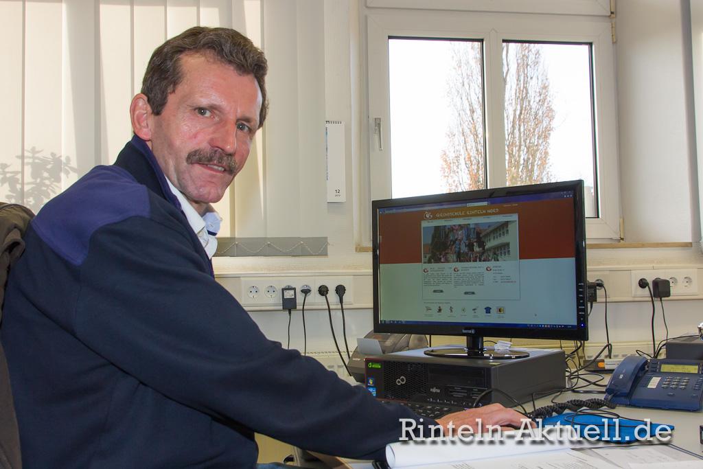 Schulleiter Horst Ahlswede präsentiert die neue Internetseite der Grundschule Nord.