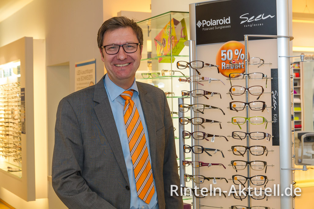 Jörg Reinecke, Inhaber von Apollo Optik wirbt mit preisreduzierten Fassungen.
