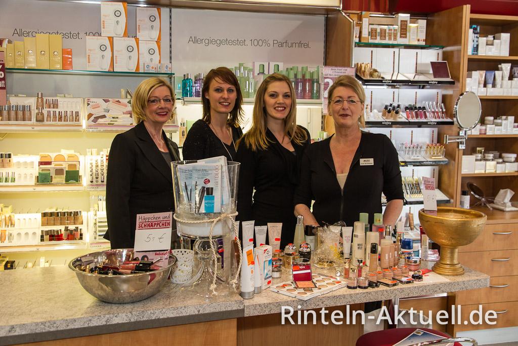 Von links: Birgit Koulen-Mottula, Saskia Dittmer, Saskia Wallenstein und Elke Watermann inmitten von Parfums und Kosmetika.