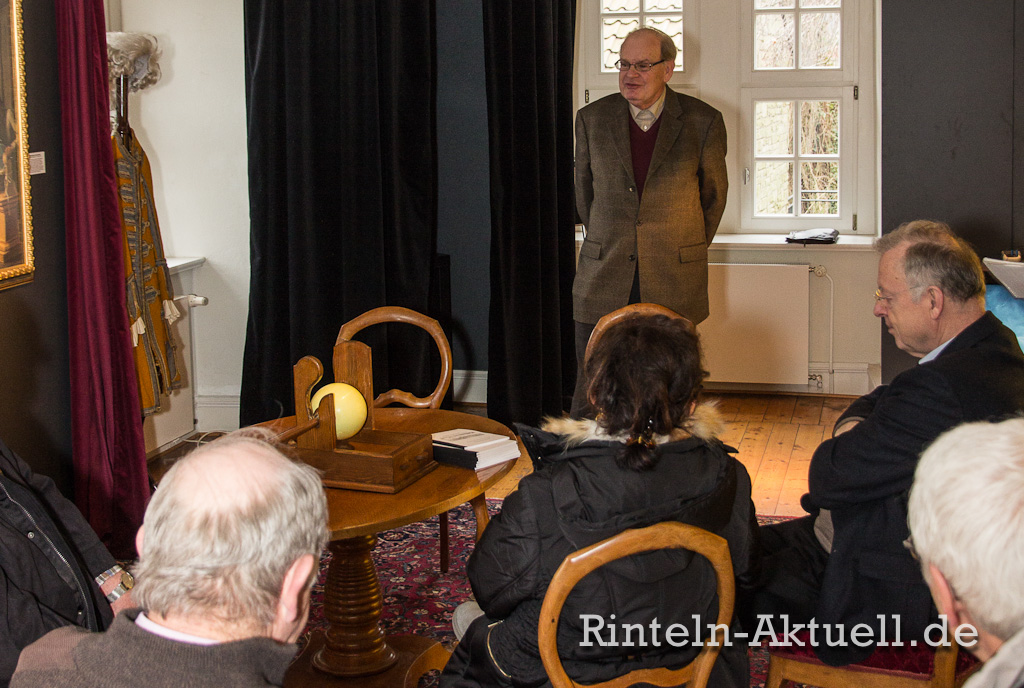 Prof. Dr. Georg Schwedt stellte in der Eulenburg sein neues Buch über die Geschichte Rintelns vor.