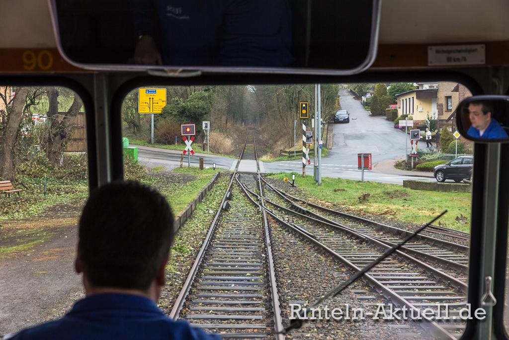 Ein Haltesignal weist den Lokführer auf den Bahnübergang hin.