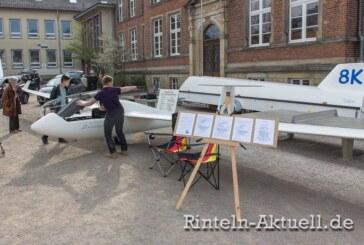 "Segelflugzeug ""landet"" auf dem Rintelner Kirchplatz"