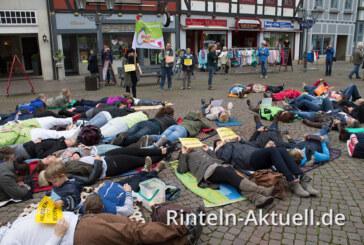 Pflege am Boden: Flashmob zur Mittagszeit auf dem Rintelner Marktplatz