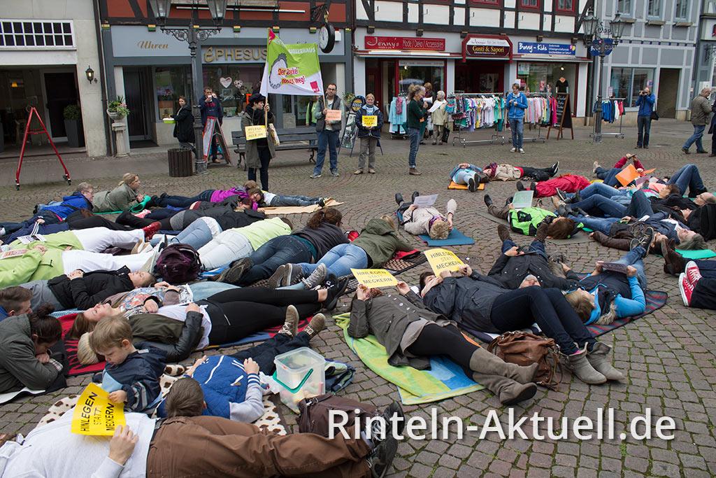 Kurz vor 12 Uhr mittags legten sich die Flashmob-Teilnehmer plötzlich auf dem Marktplatz hin.