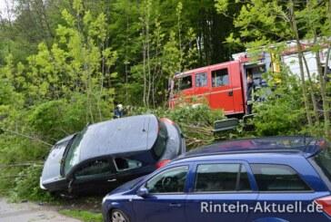 Von der Straße abgekommen: Auto landet auf anderem Auto