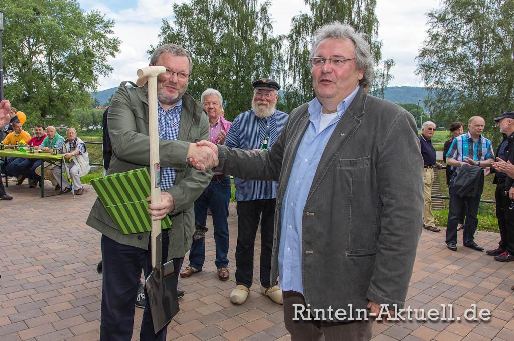 Pflanzzeit vorbei: Gerber Galabau-Chef Thomas Gerber übergibt Karl-Heinz Buchholz Spaten und einen Gutschein für eine Eiche.