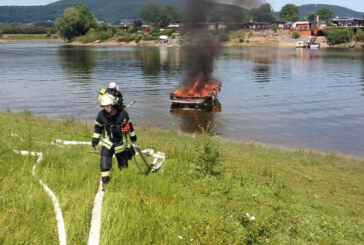 Feuer am Doktorsee: Sportboot brennt völlig aus! Feuerwehr Rinteln verhindert Schlimmeres.