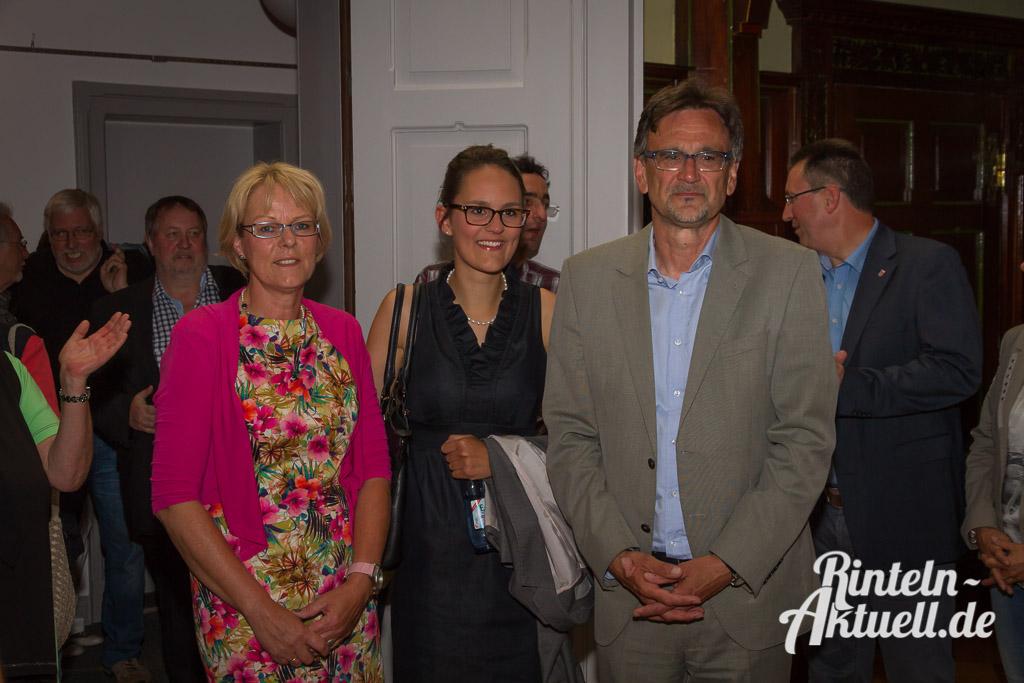 Familie Priemer feiert: (von links) Ehefrau Anje, Tochter Madlien und Rintelns neuer Bürgermeister, Thomas Priemer