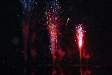 Doktorsee in Flammen: Lady Gaga Double mit funkensprühendem BH, Feuerwerk über Rinteln