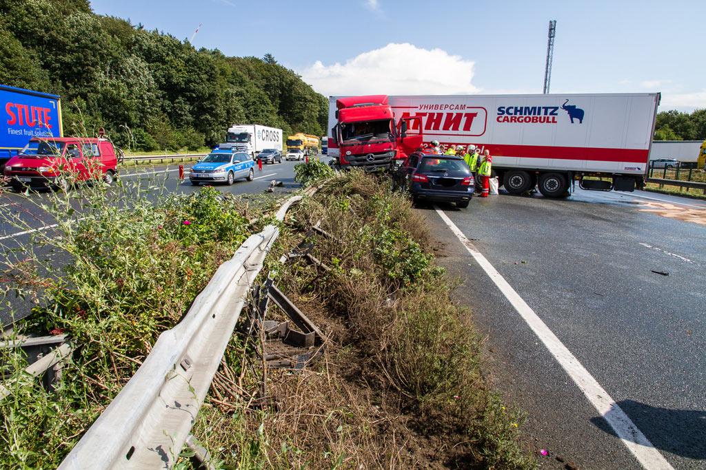 Die Mittelleitplanke verhinderte ein Durchbrechen des Sattelzuges. Foto: Feuerwehr Porta/Michael Horst