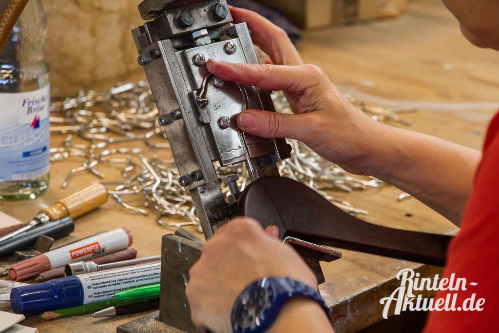 03 rintelnaktuell wiwa kleiderbuegel deckbergen produktion