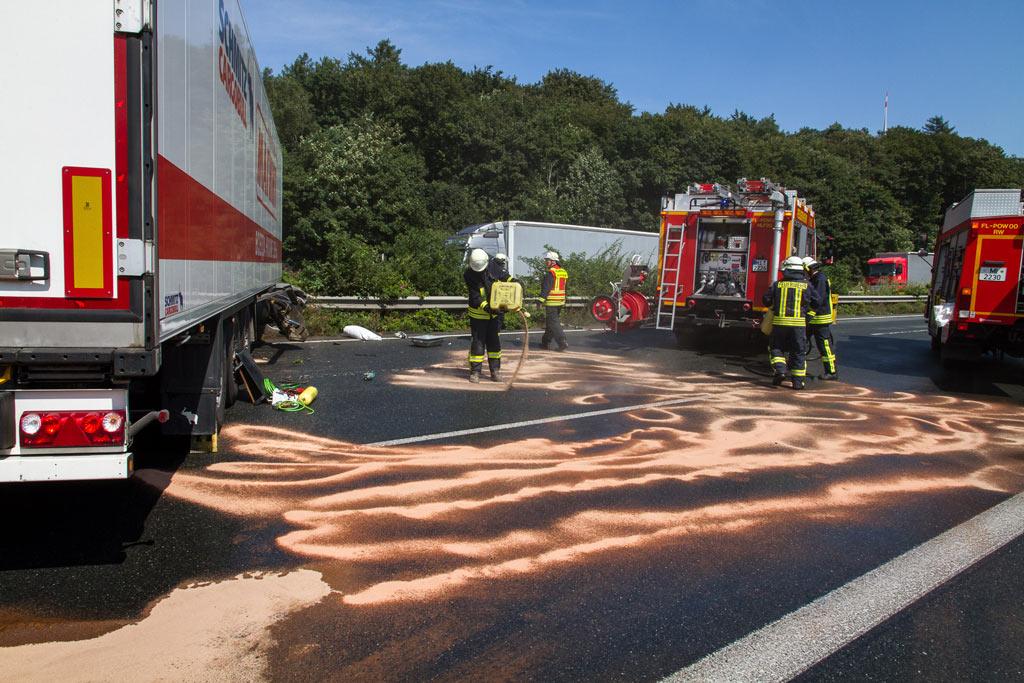 Mit Bindemittel wurde der ausgelaufene Diesel abgestreut. Foto: Feuerwehr Porta/Michael Horst