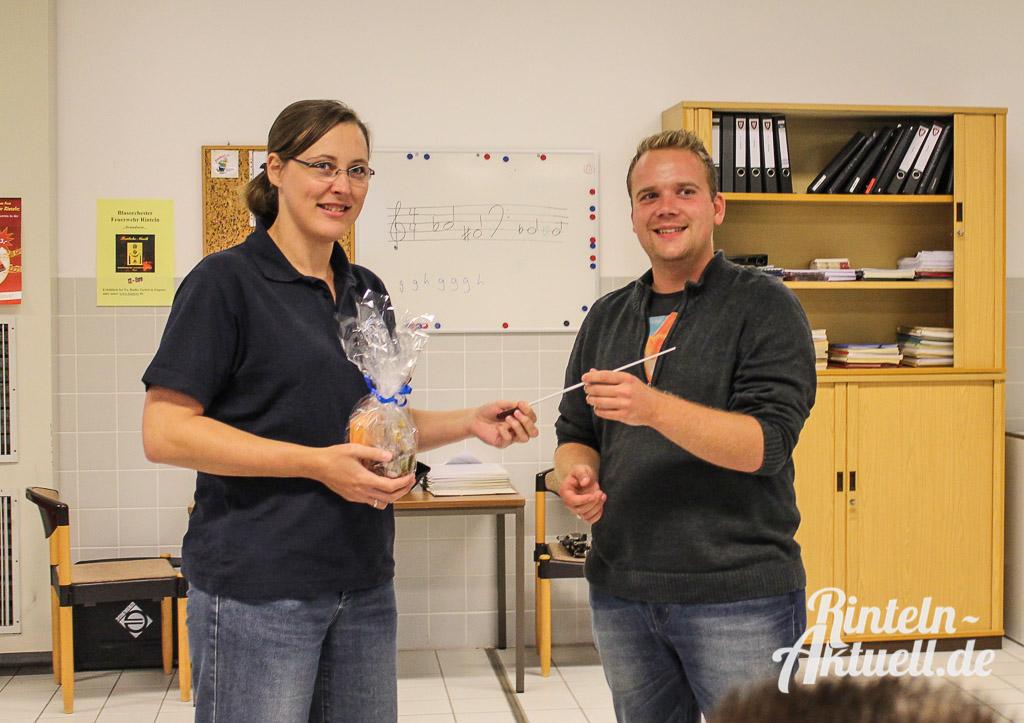 Angela Voges (links) überreicht den Taktstock an Markus Plachta.