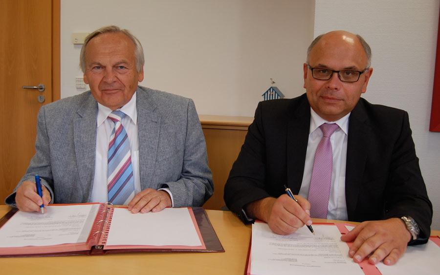 Karl-Heinz Frühmark von der VTR (links) und Stefan Nottmeyer (Sparkasse Schaumburg) bei der Vertragsunterzeichnung.