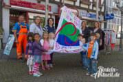 Kinder zeigen Flagge: Die Fahne zum Weltkindertag hängt auf dem Marktplatz