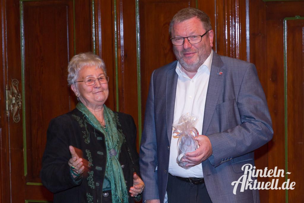 Die stellvertretende Vorsitzende des DRK-Ortsvereins Rinteln, Irmtraut Exner, hatte auch ein Geschenk für den Bürgermeister dabei. Eine DRK-Tasse mit einem Kaktusmotiv.
