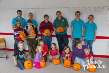 Halloween kann kommen: Jugendrotkreuz beim Kürbisschnitzen