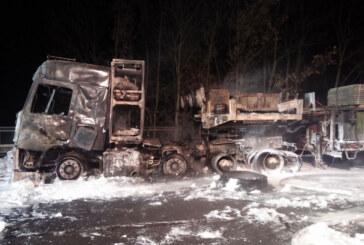 250.000 Euro Schaden: LKW fängt bei Porta Westfalica Feuer, Fahrer unverletzt.