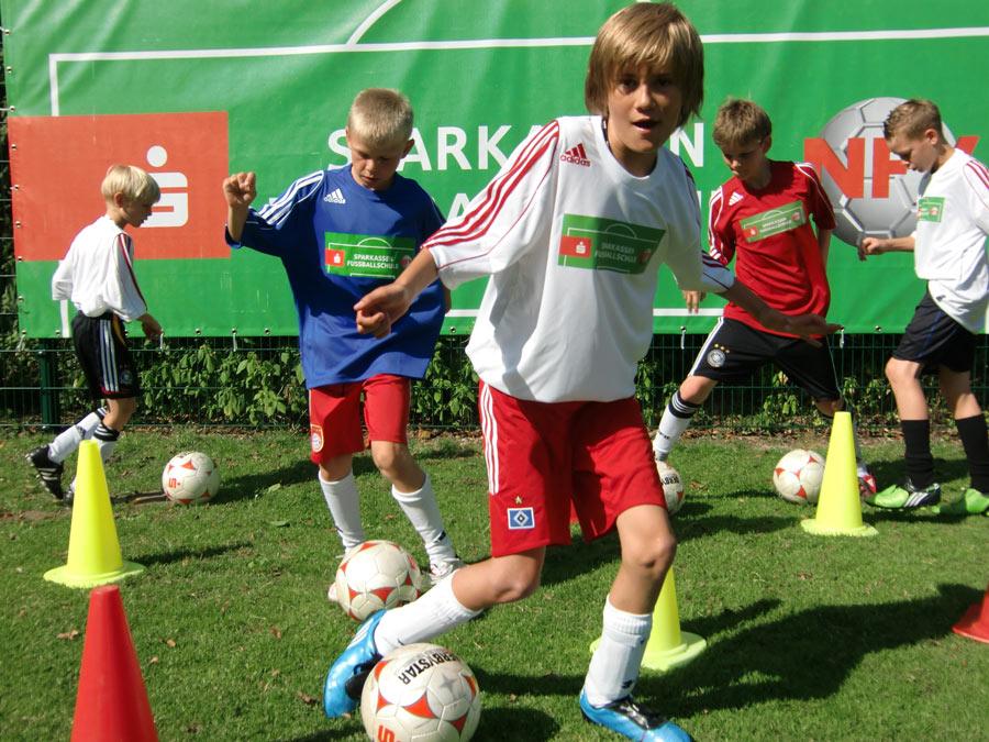 01-rintelnaktuell-fussballschule-sparkasse-schaumburg-barsinghausen-camp-ball-tore-elfmeter-dribbeln