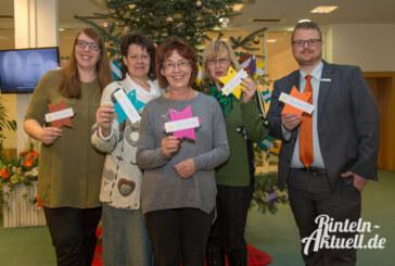 Kinder helfen Kindern: Weihnachtswunschbaum der Rintelner Silvesterinitiative aufgestellt