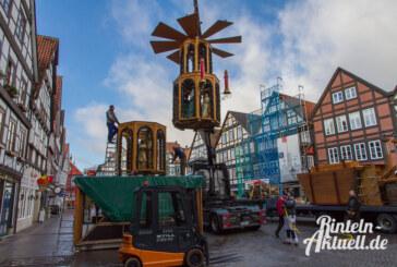 Rinteln bereitet sich auf den Adventszauber vor: Weihnachtspyramide steht auf dem Marktplatz