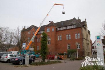 Ein Schornstein weniger: Ziegel vom Dachboden des Rathauses geholt
