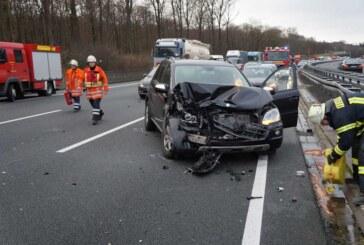 Ausgebremst: Mercedes Geländewagen rammt Leitplanke und prallt gegen LKW