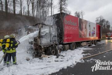 A2 im Auetal: LKW in Flammen, Vollsperrung