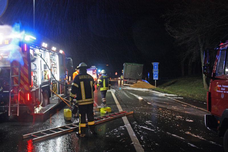 Die Einsatzkräfte löschten den LKW-Brand mit Schaum. Foto: Feuerwehr