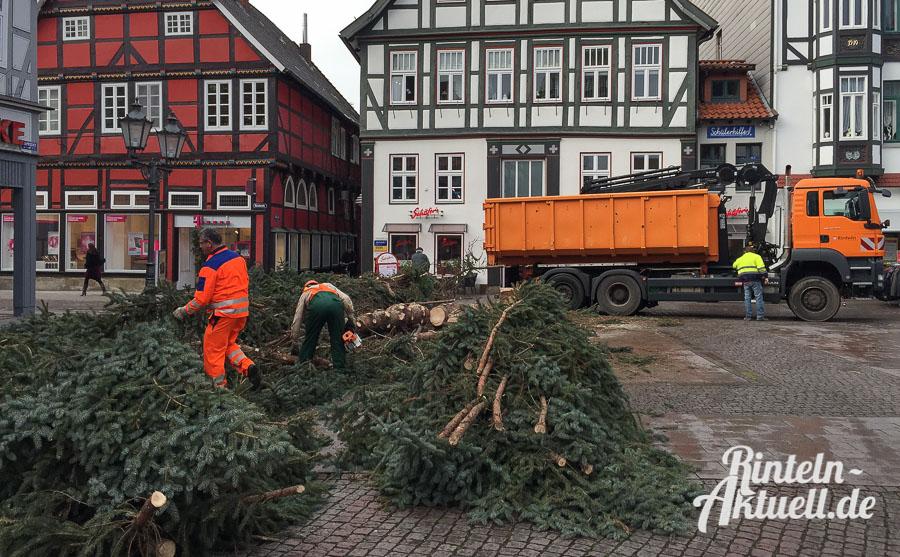 02 rintelnaktuell weihnachtsbaum marktplatz abbau saegen faellen