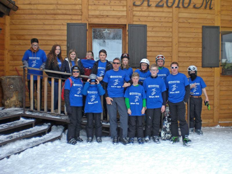 """Die """"Skischüler"""" der Hildburgschule Rinteln traten im gemeinsamen Outfit auf. (Foto: privat)"""