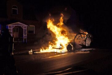 PKW-Brand in Buchholz: Auto brennt völlig aus