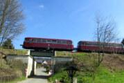 Schienenbus fährt durch Frühlingslandschaft