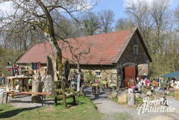 Frühlingshafte Kunst im Steingarten an der Paschenburg