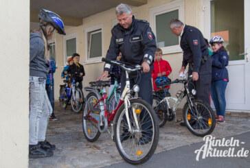 Kinder sicher: Polizei Rinteln überprüft Fahrräder in Grundschule Nord