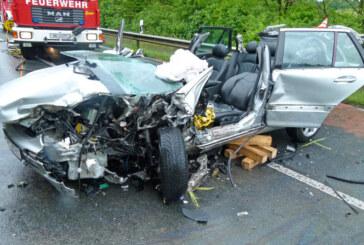 Schwerer Unfall auf der B482: Mit Auto in LKW gefahren – ein Toter