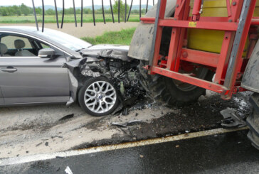 Auto prallt mit über 100 Sachen gegen Traktor