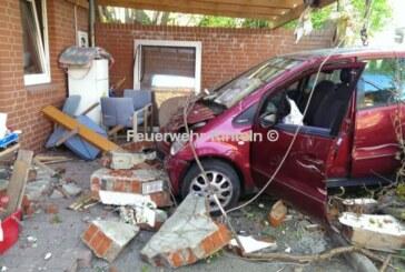 Durch die Wand: Auto zerstört Mauer