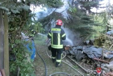 Steinbergen: Holzhaufen und Tanne nahe Wohnhaus in Flammen