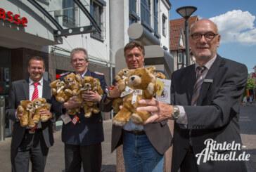 Teddys als Trostpflaster für Kinder: Sparkasse Schaumburg überreicht Bären an Polizei und Feuerwehr