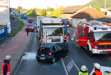 B482: Auto und Müllwagen stoßen frontal zusammen