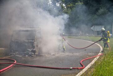 A2 bei Veltheim: Mercedes-Kleintransporter brennt komplett aus