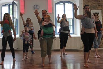 Mütter und Babys tanzen beim Burzzi Dance Schaumburg