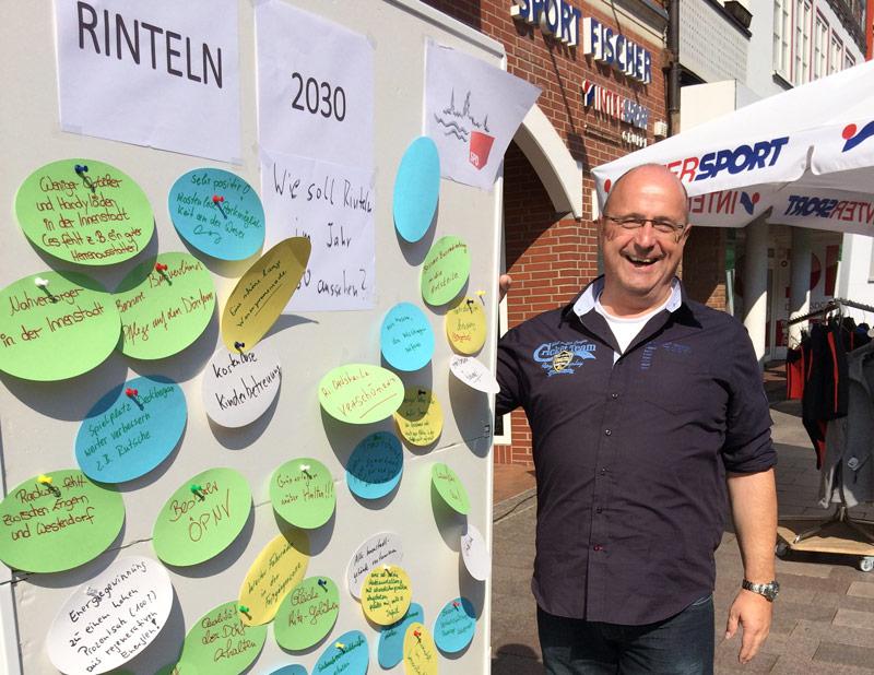 Bernd Wübker, Vorsitzender des SPD-Ortsvereins mit einer Infotafel in der Rintelner Fußgängerzone. (Foto: privat)