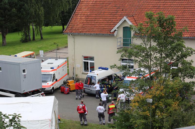 02-rintelnaktuell-drk-thw-jaegerkaserne-fluechtlinge-bueckeburg-ankunft-hilfe-unterkunft-duschen-betten