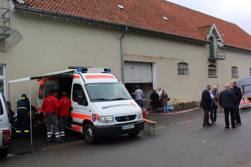 03-rintelnaktuell-drk-thw-jaegerkaserne-fluechtlinge-bueckeburg-ankunft-hilfe-unterkunft-duschen-betten