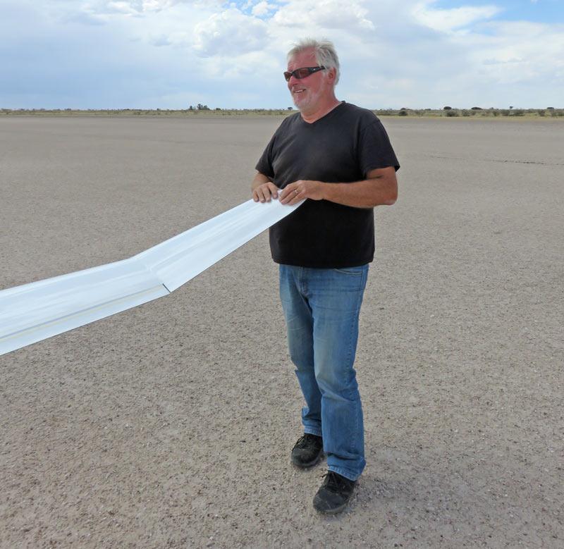 Reinhard Schramme nach einem Streckenflug in Namibia, Bitterwasser (Foto: LSV/Stefan Bachmann)